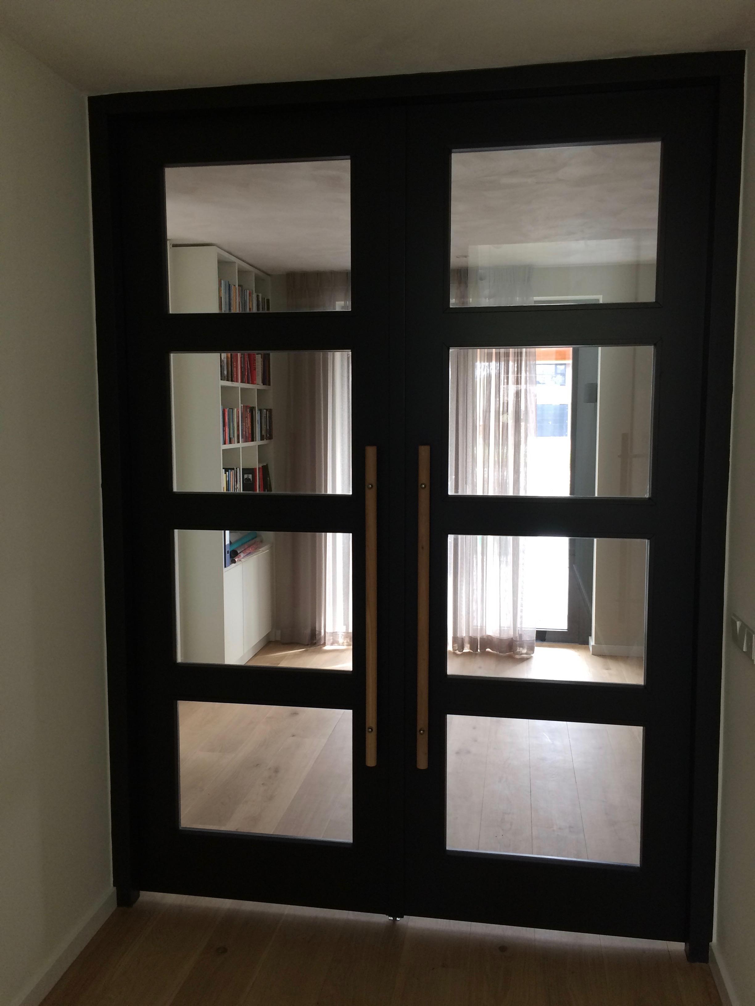 taatsdeuren-met-glas-en-houten-greep