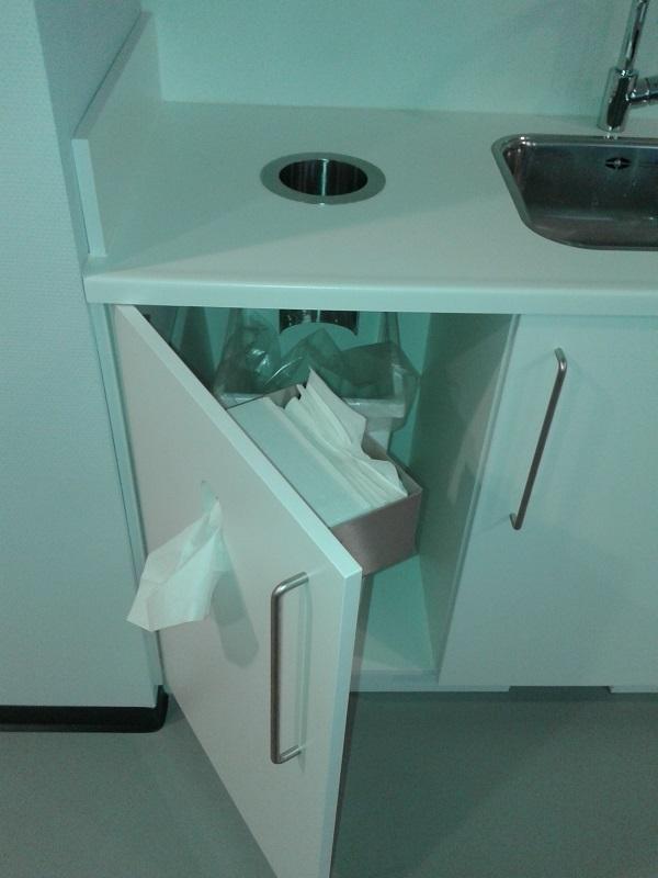 deur met speciale opening voor handschoenen houder t.b.v. tandartsenpraktijk