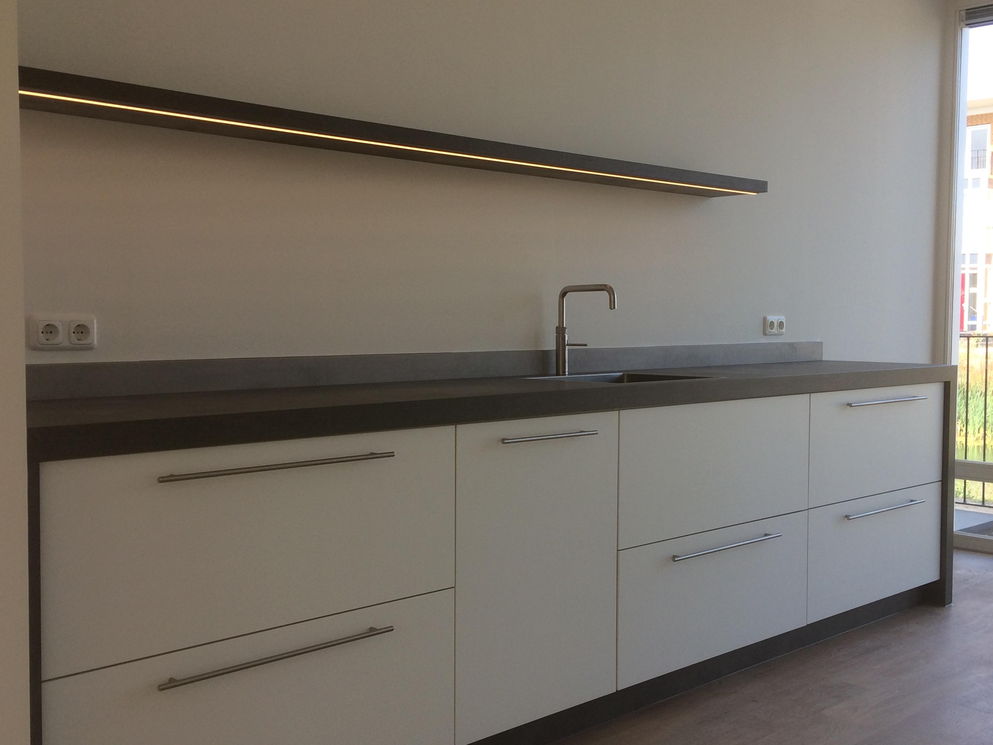 keuken-plateau-voorzien-van-ingefreesde-led-verlichting