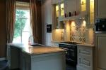 prachtige-keuken-met-natuursteenblad